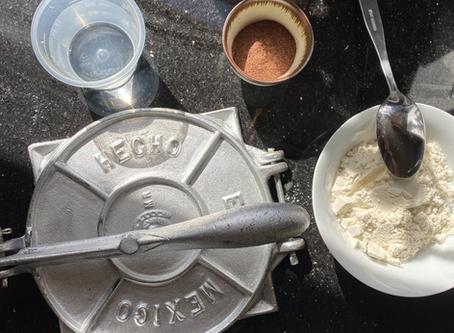 Tortillas de maíz con chapulín