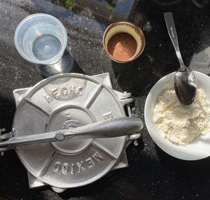 Harina de chapulín, maseca y tortillero