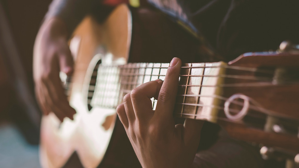 Fコードを押さえるよりソロギターは簡単かもしれない。