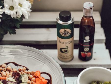 Lauwarme Bowl mit Guacamole und Avocado-Öl