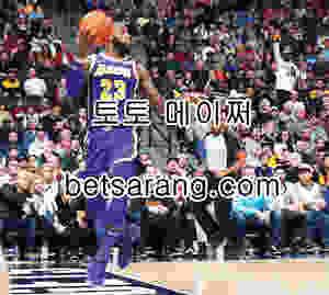 LA 레이커스의 르브론 제임스가 27일 열린 덴버와의 경기 중 리바운드를 하다 튕긴 볼이 아웃되는 것을 몸을 던져 걷어내고 있다. 덴버 AP
