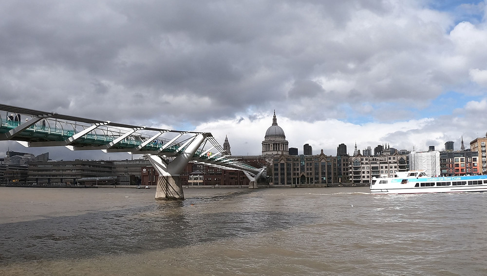 Foto da Millenium Bridge, do Rio Tâmisa e da Catedral de Saint Paul ao fundo. Londres/Reino Unido.