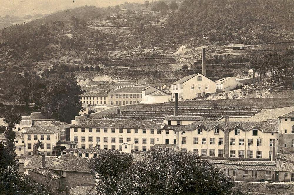 Vista de várias fábricas de lanifícios com suas imponentes chaminés na encosta montanhosa da Covilhã, Serra da Estrela, Portugal.
