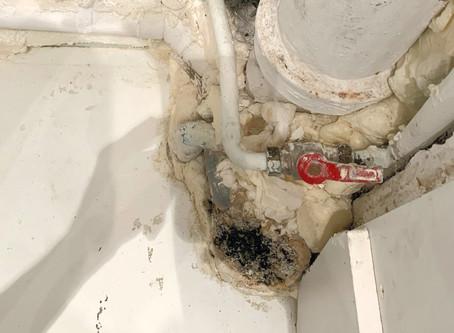 Réparation d'une évacuation PVC de cuisine sur une fonte endommagée
