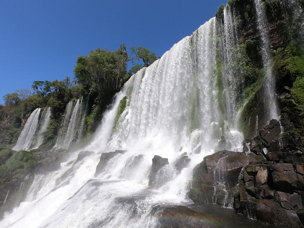 Foto da cachoeira Salto Bossetti vista do Circuito Inferior, no Parque Nacional Iguazú (Argentina)