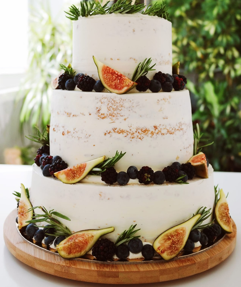 3-tier-naked-wedding-cake-decorated-with-figs