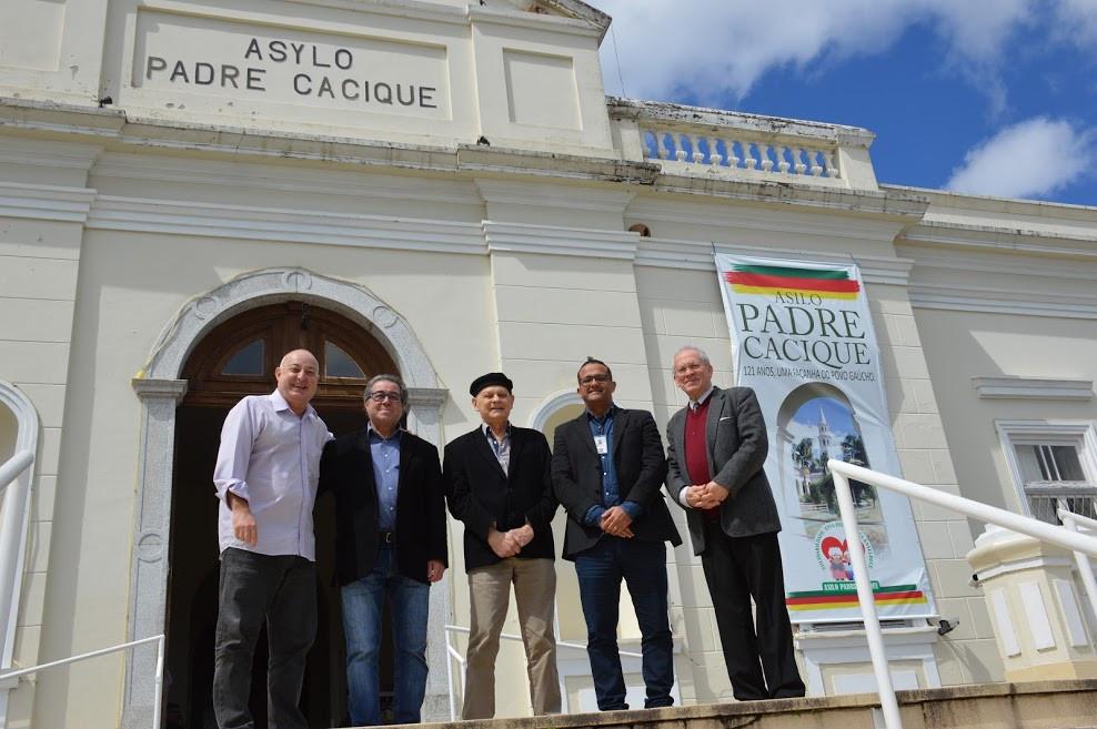 A direção do Asilo Padre Cacique recebeu Voltencir Fleck (E) e Abdon Barretto Filho (D)  para definirem a estratégia da ação solidária.