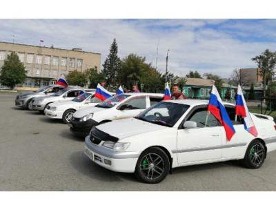 С российскими флагами по улицам Карасука