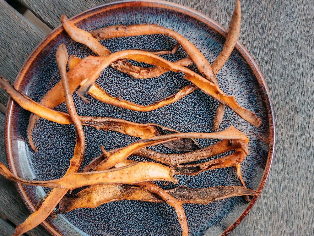 Le blog cuisine végétarienne radis et compagnie vous propose sa recette de chips d'épluchures de patate douce. Pour une cuisine zéro déchet et vegan,