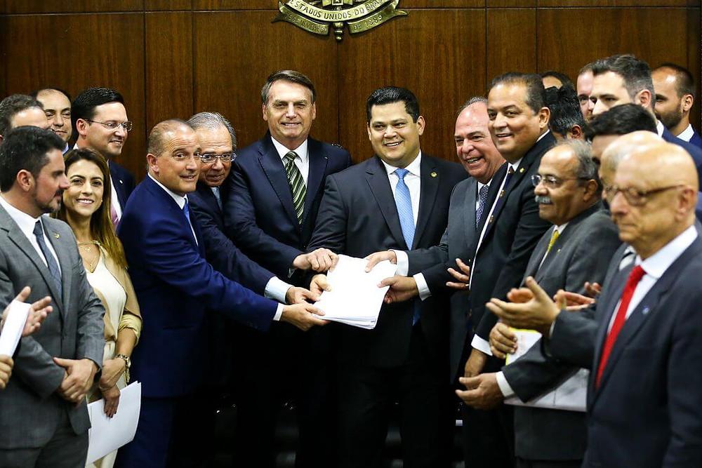 O presidente Jair Bolsonaro, o ministro da Economia, Paulo Guedes, e o ministro da Casa Civil, Onyx Lorenzoni, entregam o Plano mais Brasil ao presidente do Congresso Nacional, Davi Alcolumbre.
