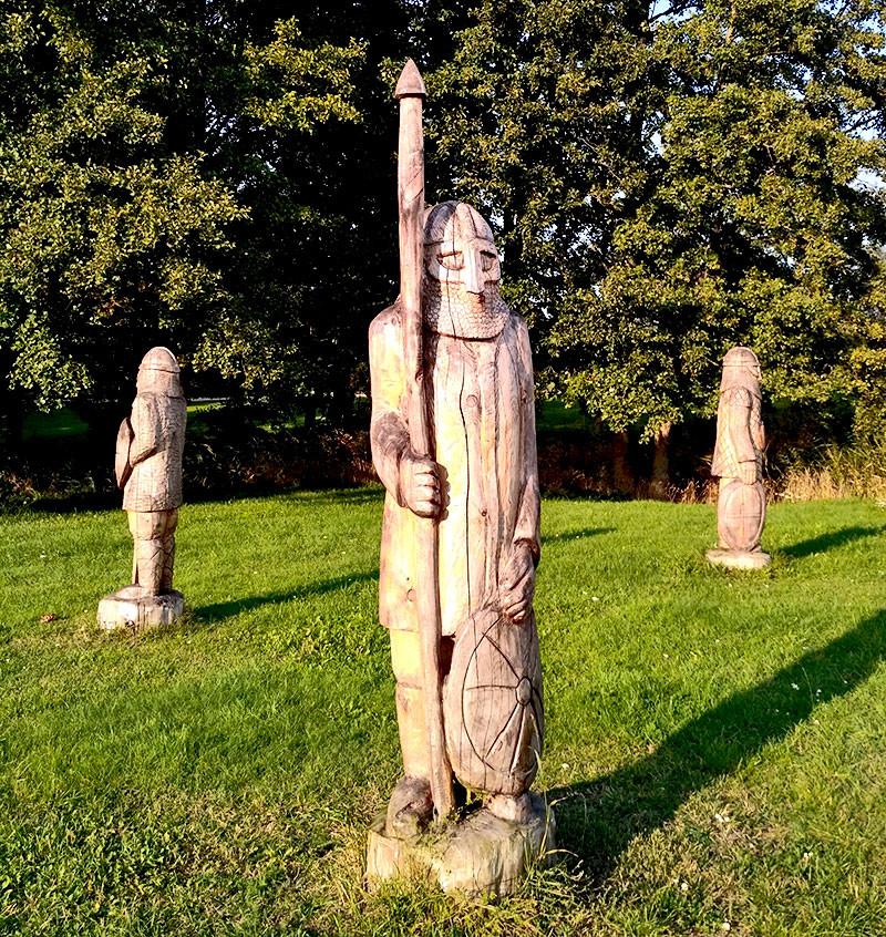 Скульптуры викингов в Сальме