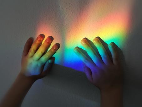 Andrà tutto bene: Arcobaleni e giochi di luce dentro e fuori casa