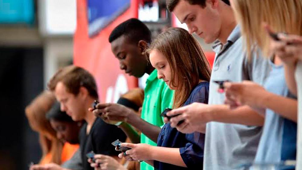 Personas con sus celulares.