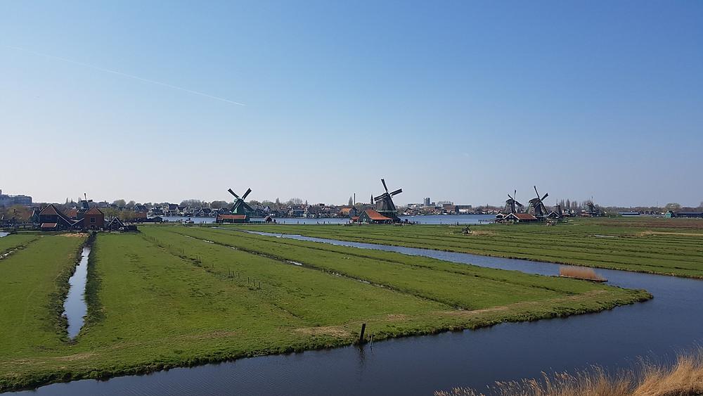 Vista do mirante de Zaanse Schans, com seus canais e moinhos de vento.