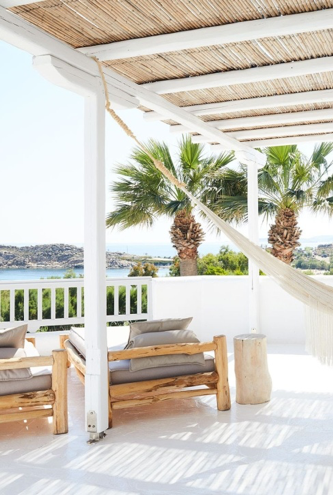 If you are on the lookout for intriguing ideas to decorate a large balcony, try to opt for some lounge chairs. Use it for reading your favorite novellas instead of using the classic patio furniture. What more, you can also hang a hammock to enjoy your sunny afternoons of winter.