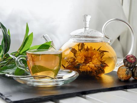 Kwitnąca herbata w szklanym imbryku