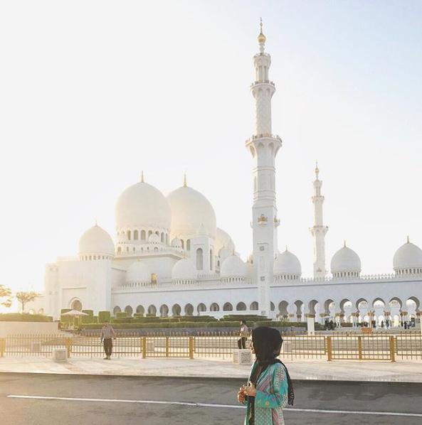 Juli 2017. Rini Yulianti di Sheikh Zayed Mosque, Abu Dhabi. #RiniBabyJourney #jurnalRIN #Umrah2017