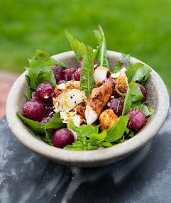 Sočios, bet gaivios mėsos salotos su keptomis vynuogėmis