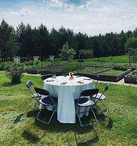 Vėlyvieji vasaros pusryčiai ir pietūs atostogų režimu: ant stogo, dvarvietėje, pievose ir tarp gėlių