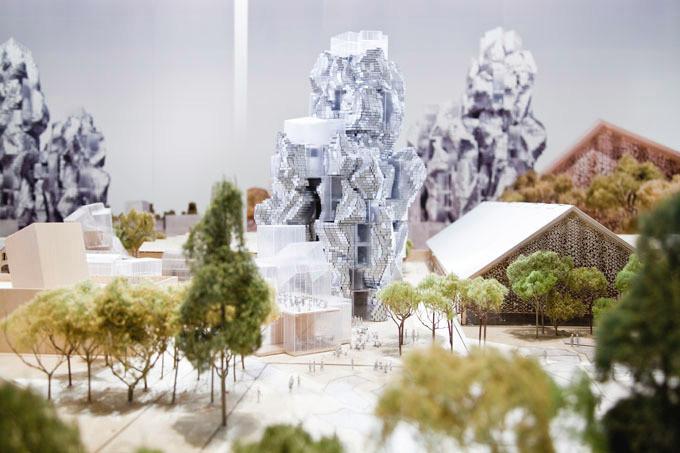 Eski bir demir yolu üzerinde bulunan sanat merkezi, 46 metre yüksekliğindeki alüminyum karo kaplı kulede sergi, araştırma, eğitim ve arşiv alanı sunuyor.