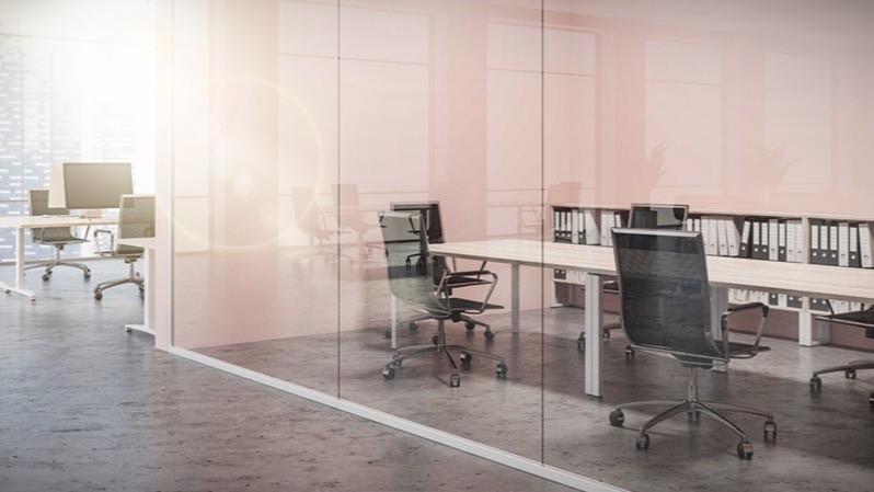 Diseño de espacios de oficinas mediante mamparas de separación de cristal.