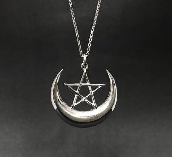 Pingente de Lua Crescente, com pentagrama com acabamento em prata.