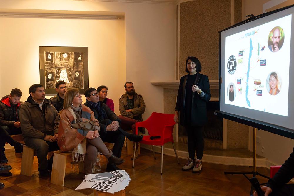 Pola Mora, Directora de Piloto Galería, da inicio al Conversatorio