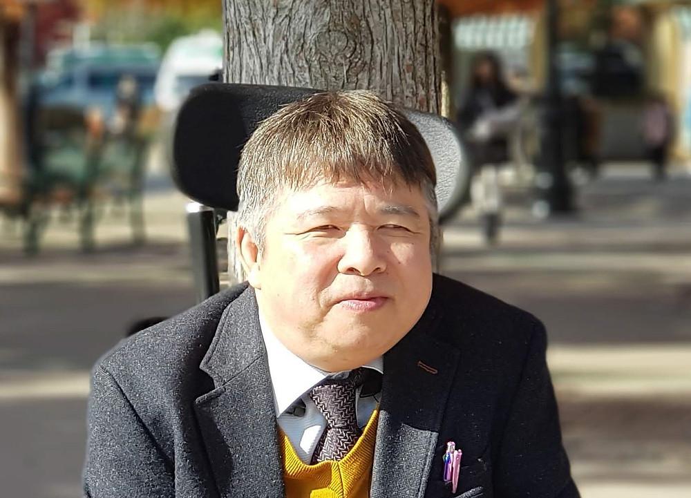 에버랜드 입구 나무그늘 앞의 김재익 소장 사진
