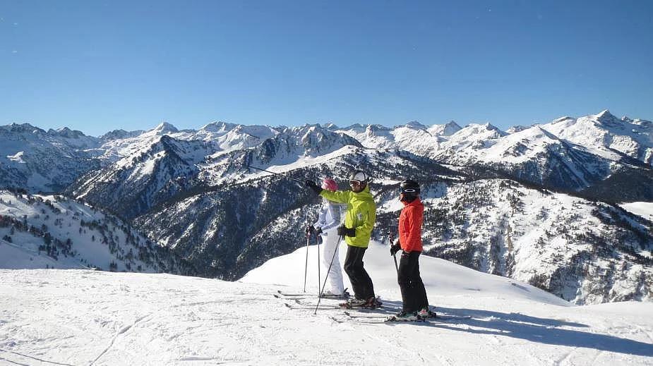 Esquiadores disfrutando de un día de sol y nieve en Baqueira