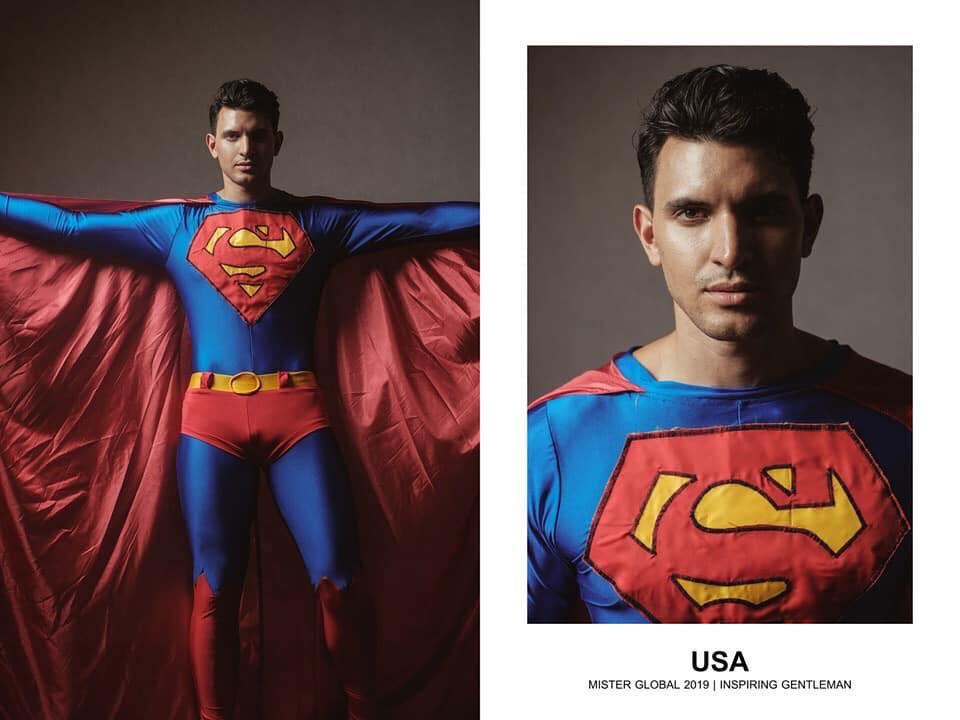 Modelo vestido de Superman.