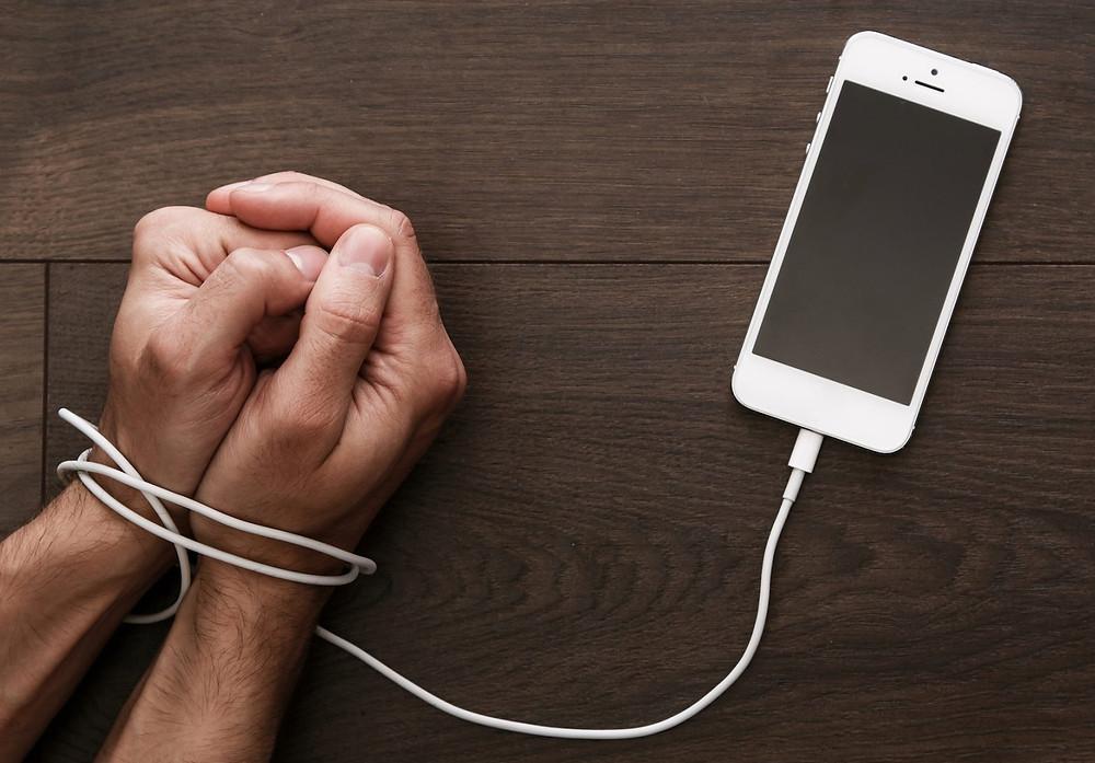 Manos atadas por un celular.