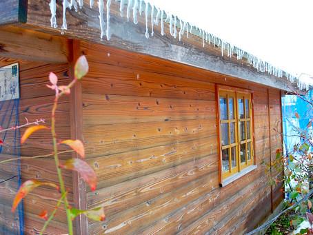 ログハウスに氷柱が出来ました。