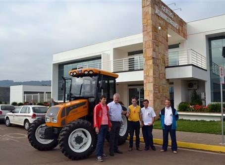 Município recebe trator agrícola e veículo para saúde