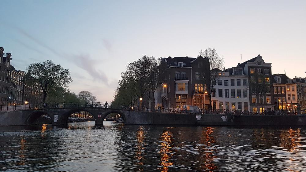 Fim de tarde em um passeio de barco pelos lindos canais de Amsterdam, na Holanda.