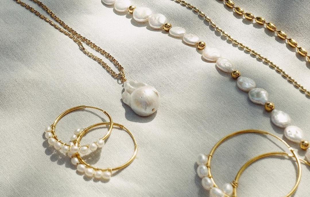 Von Hand gefertigter Schmuck nur für deine Liebsten - Verschenke Schmuck in Silber oder Gold von St'Atour Schmuck aus Leipzig.