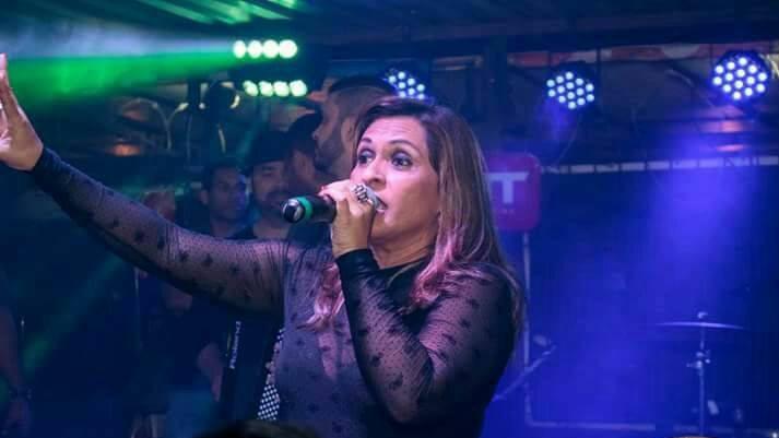 A cantora Vanuza Alves durante apresentação. Imagem presente no texto A pandemia e os shows ao vivo: como estão os artistas da noite carioca?