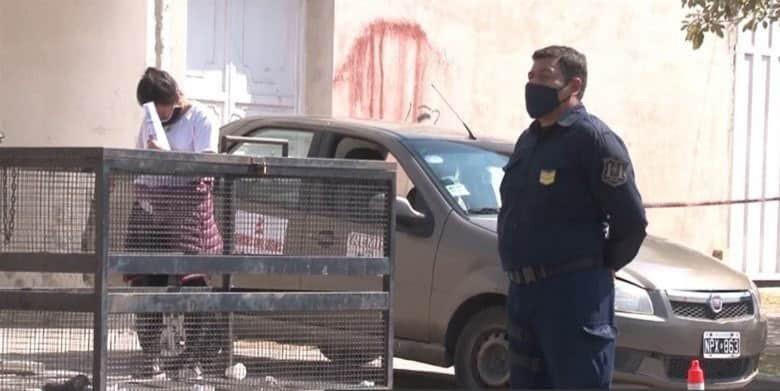 Remis estacionado en la puerta del Hospital Privado de Tres Cerritos - Telefe Salta