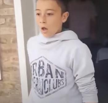 Un garçon fond en larmes après les retrouvailles avec son chien disparu 8 mois auparavant !