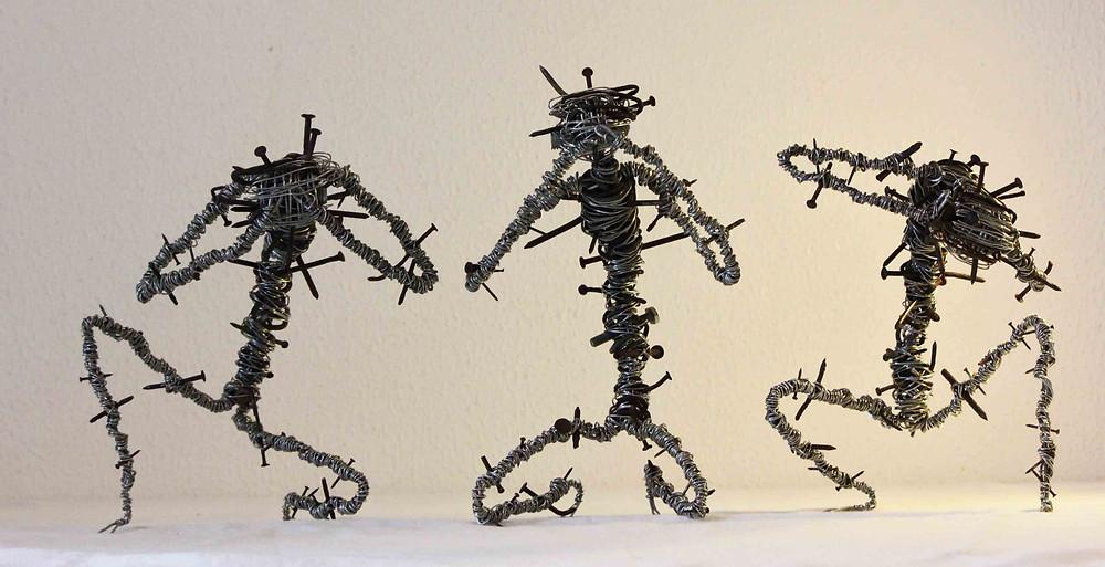 Ces trois sculptures des écorchés de la sagesse sont réalisés à partir de fil de fer et clous rouillés
