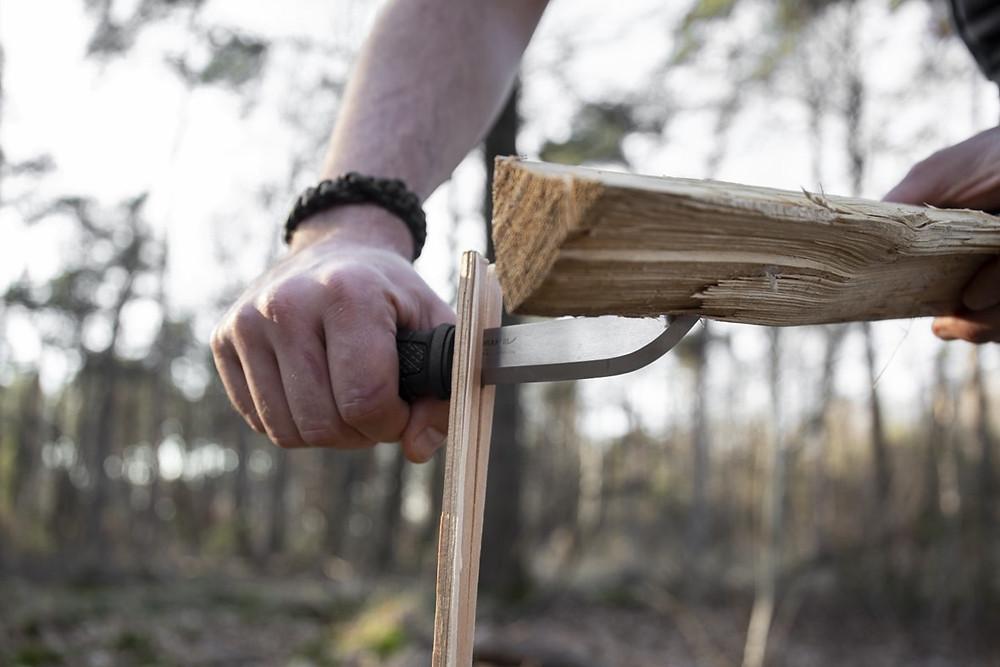 Técnica de batoning usando cuchillo y tronco de madera