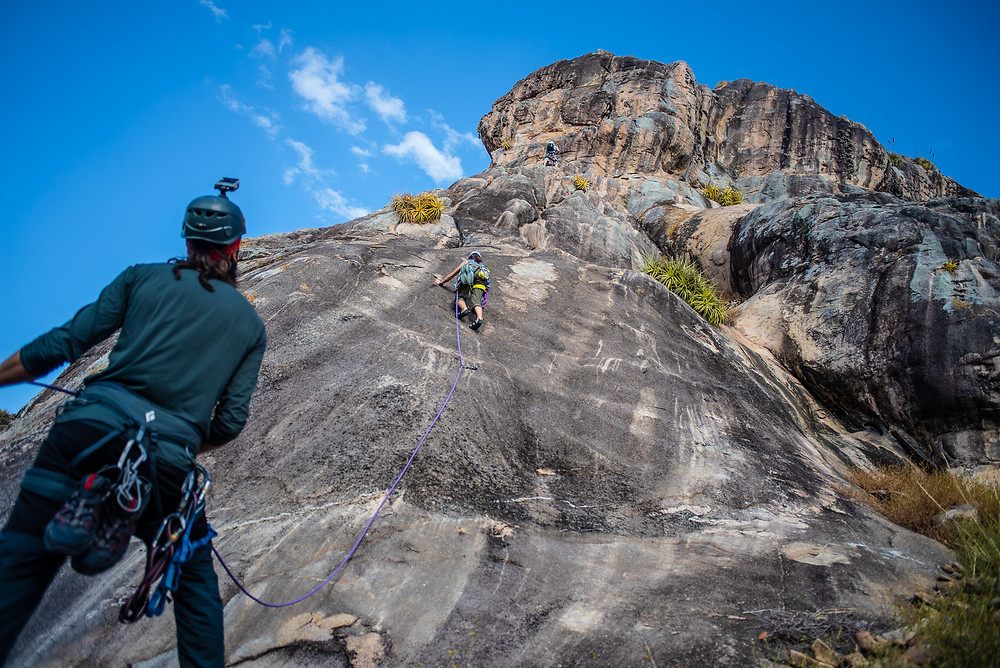 A couple starting to climb the Normal route, that gives access to the top of Napoleão Mountain - Foto: Leve de Viagem