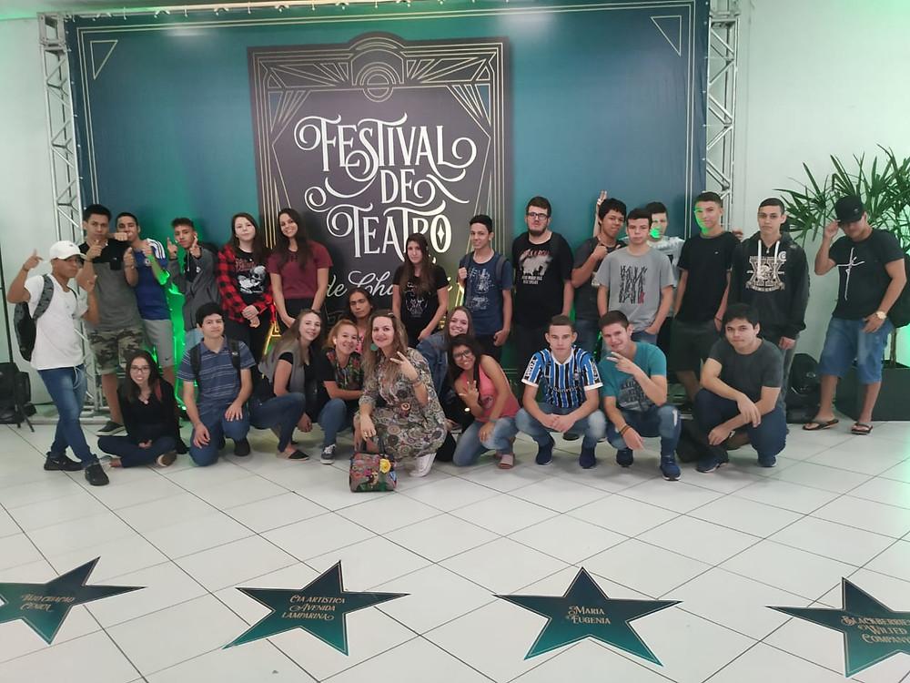 Nossa turma compareceu ao centro de eventos, para assistir o espetáculo- O menino que aprendeu cedo Demais da Cia Vento Minuano. Porto Alegre - RS
