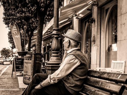 Les voyageurs et le vieil homme