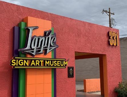 Un po di storia dell'Arizona nei Neon del Museo a Tucson
