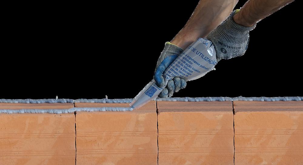 Aplicação de massa polimérica uBeton em tijolos cerâmicos com bisnaga