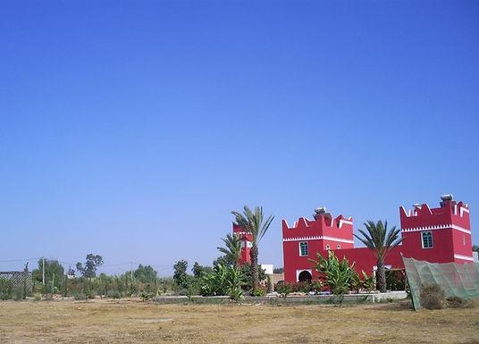 Le château d'eau du Jardin aux Etoiles se marie bien à la villa