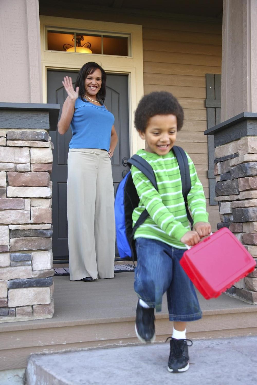 Мајката насмеана го испраќа од домот своето машко дете на уличиште