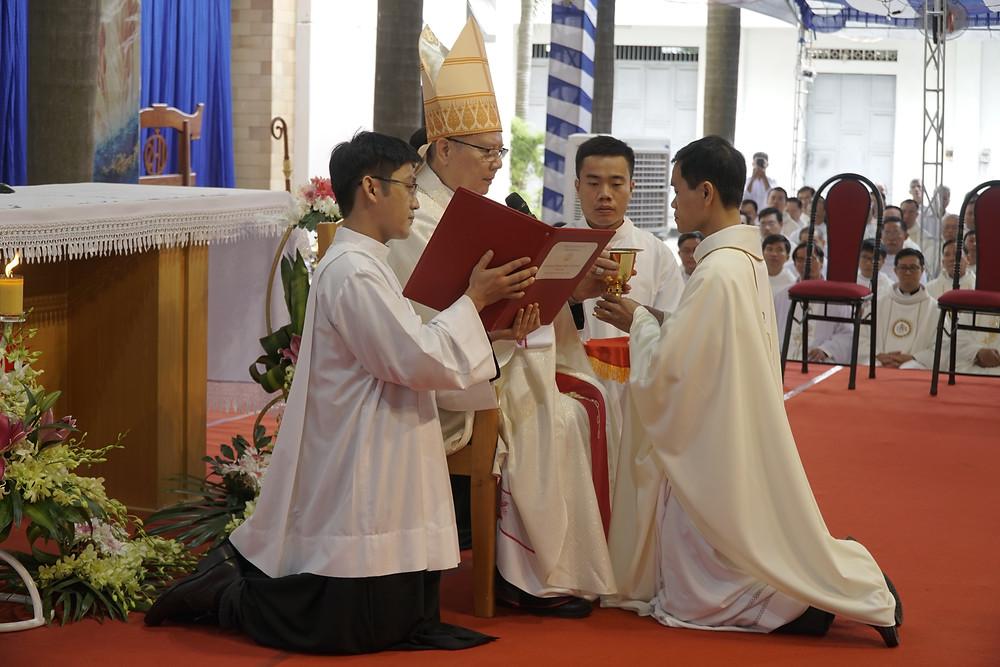 Hình 12: Linh mục mới được trao Chén Thánh và sứ vụ mới