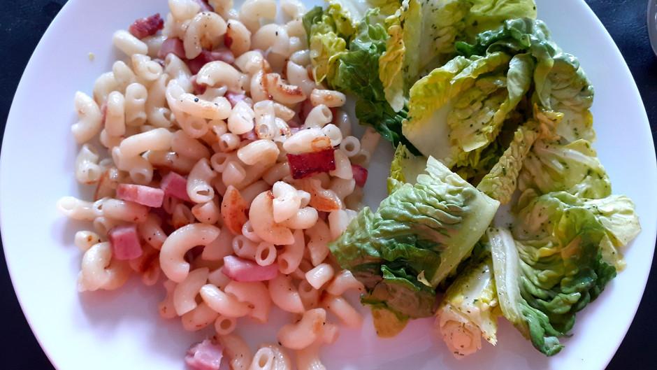 Röstnudeln mit Schinkenwürfeln und Salat (Rezept für 2 Portionen)