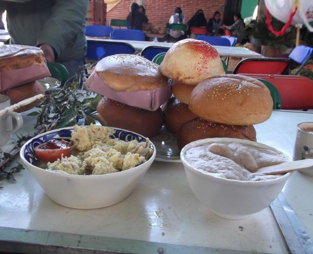 Siaab g'ez acompañado de pan tradicional e higaditos.